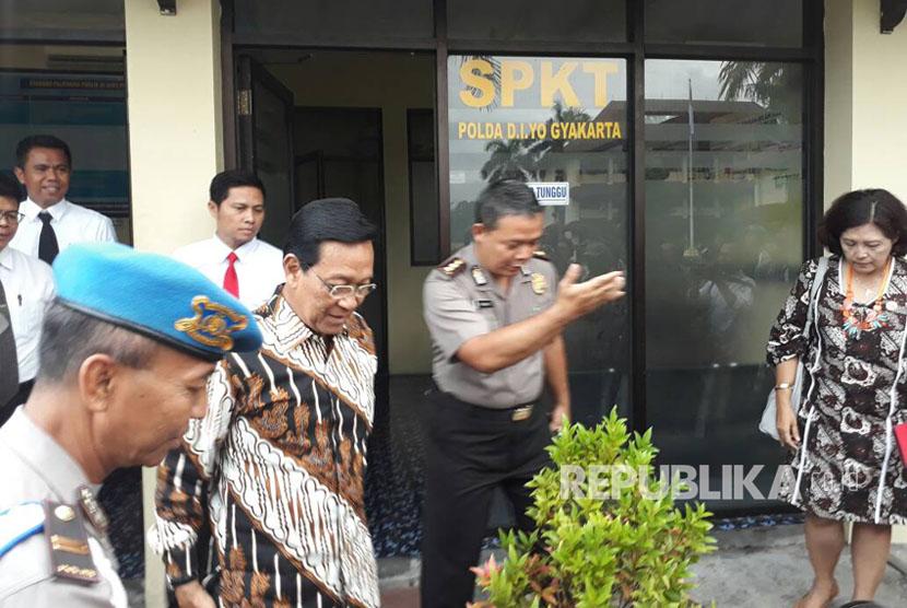 Sultan Hamengku Buwono X melaporkan berita hoax yang menimpa dirinya ke Polda DIY, Rabu (19/4).