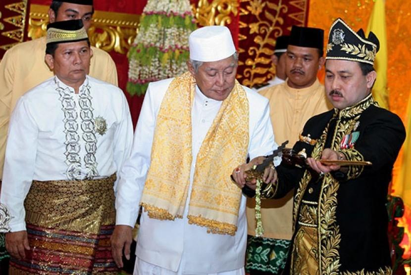Sultan Khairul Saleh (kanan berbaju hitam)