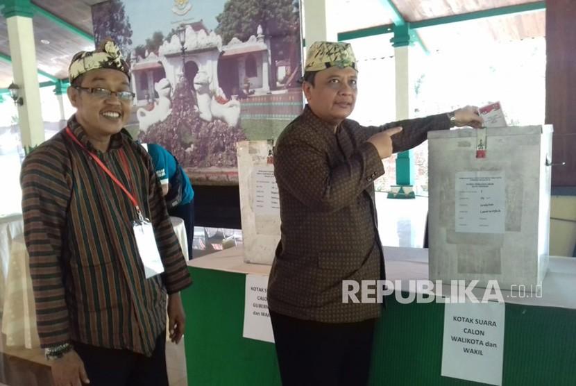 Sultan Sepuh XIV, PRA Arief Natadiningrat menyalurkan suaranya di TPS 4 Bangsal Pagelaran Keraton Kasepuhan Kota Cirebon, Rabu (27/6). Dalam pilkada serentak kali ini, warga Kota Cirebon mengikuti Pilwalkot Cirebon dan Pilgub Jabar.