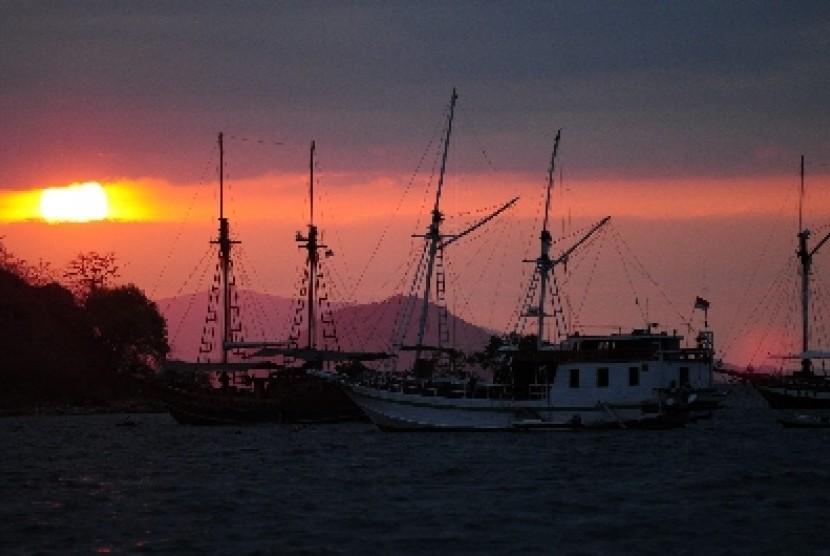 Sunset di perairan Flores tampak dari Pelabuhan Komodo, Labuan Bajo, NTT.