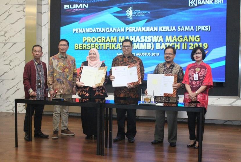 Suparman (ketiga dari kanan) dengan perwakilan Bank BRI pasca penandatanganan perjanjian kerja sama PMMB.