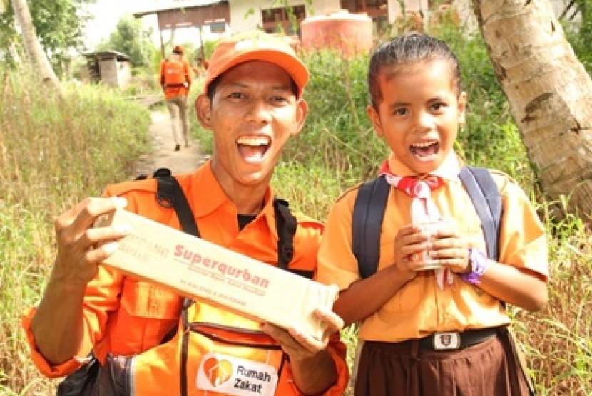 Superqurban Rumah Zakat. Arra bocah di pelosok Indonesia yang mendapat bantuan Superqurban Rumah Zakat.