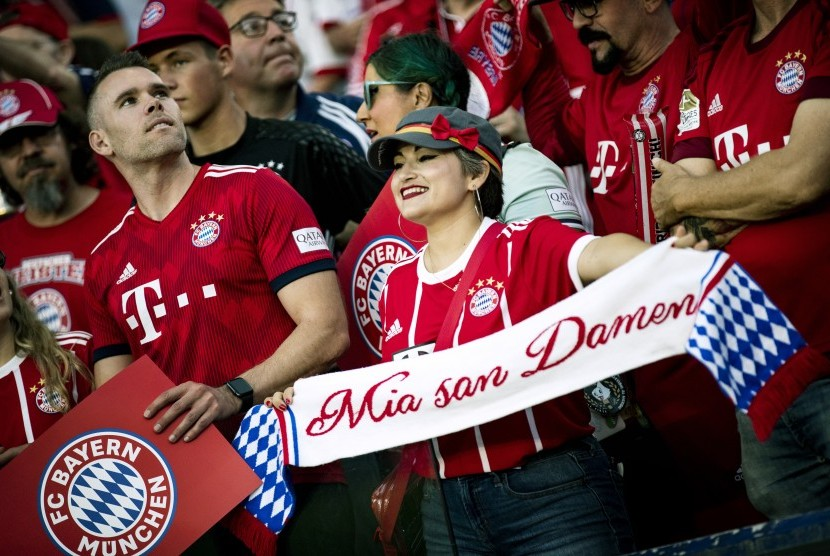 Suporter FC Bayern Muenchen menyaksikan laga tim kesayangannya lawan Arsenal dalam laga pramusim turnamen International Champions Cup 2019 di Dignity Health Sports Park, California, Amerika Serikat, pada 17 Juli 2019.