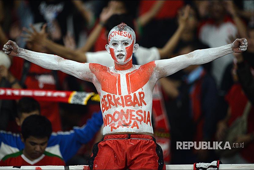 Suporter indonesia memberikan semangat kepada Timnas Indonesia pada Pertandingan Grup B Piala AFF Suzuki Cup di Stadiun Gelora Bung Karno, Jakarta, Selasa (13/11).