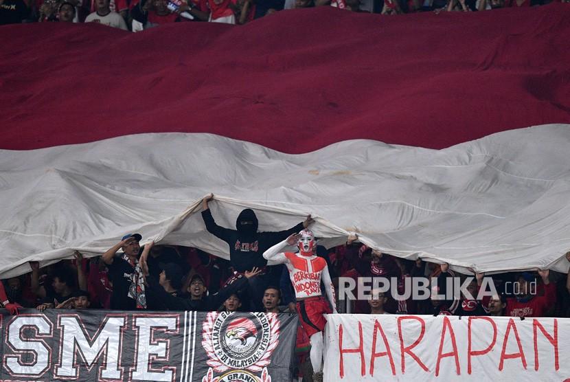Suporter memberikan dukungan kepada timnas Indonesia yang melawan timnas Timor Leste dalam penyisihan grub B Piala AFF 2018 di Stadion Utama Gelora Bung Karno, Jakarta, Selasa (13/11/2018).