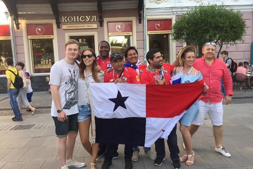 Suporter Panama yang merasa bangga dengan gol perdana negaranya di ajang Piala Dunia