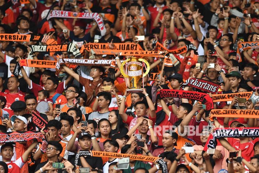 Suporter Persija Jakarta memberikan dukungan saat menghadapi Mitra Kukar dalam laga terakhir Liga 1 di Stadion Utama Gelora Bung Karno, Jakarta, Ahad (9/12/2018).