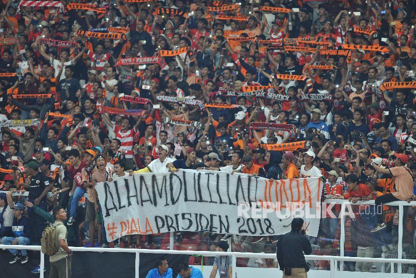 Suporter Persija Jakarta merayakan kemenangan seusai pertandingan final Piala Presiden 2018 di Stadion Gelora Bung Karno Senayan, Jakarta, Sabtu (17/2).