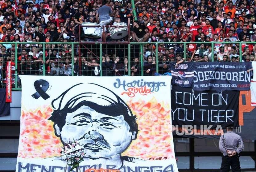 Suporter Persija Jakarta The Jak membentangkan spanduk besar solidaritas belasungkawa atas meninggalnya rekan Haringga Sirila pada laga Liga 1 Persija Jakarta melawan Perseru, di Stadion Patriot Candrabhaga di Bekasi, Jawa Barat, Senin (8/10).