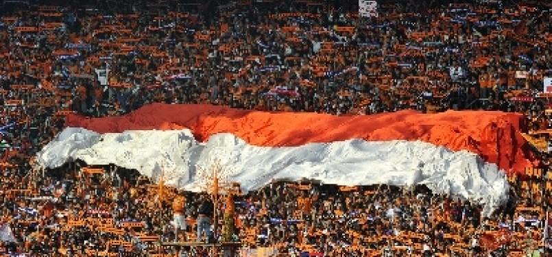 Suporter Persija Jakarta, The Jakmania, saat mendukung tim kesayangan mereka.