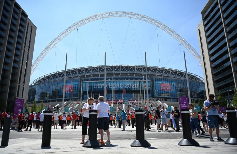 Suporter tiba di Stadion Wembley sebelum pertandingan sepak bola babak penyisihan grup D UEFA EURO 2020 antara Inggris dan Kroasia di London, Inggris, 13 Juni 2021.