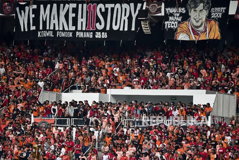 Suporter yang tergabung dalam The Jakmania memberi dukungan kepada kesebelasan Persija Jakarta yang melawan Mitra Kukar FC dalam pertandingan liga 1 2018, di Stadiun Gelora Bung Karno, Jakarta, Ahad (9/12/2018).