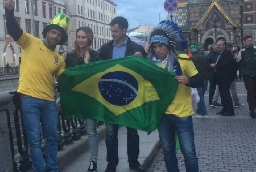 Supporter Brasil happy melihat kegagalan Argentina di FIFA Fan Fest Saint Petersburg, Sabtu (23/6)