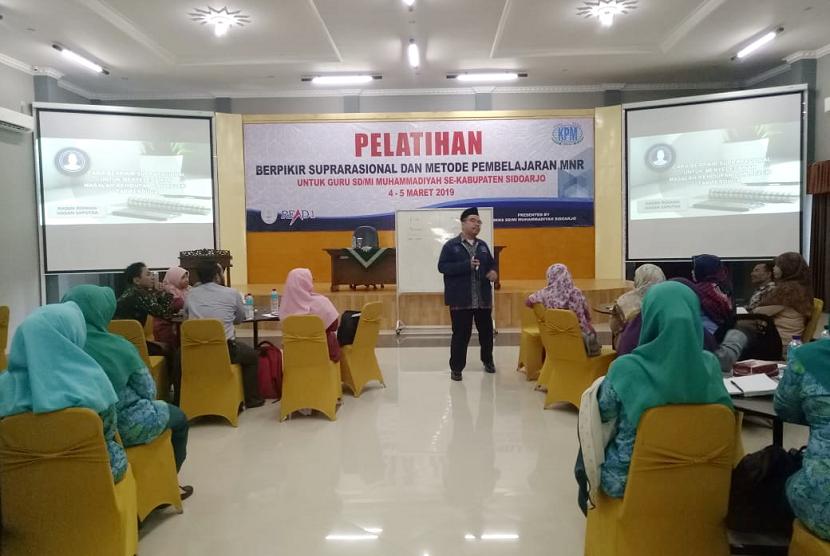 Suprarasional. Presiden Direktur Klinik Pendidikan MIPA Ridwan Hasan Saputra menjadi pembicara dalam Seminar Cara Berpikir Suprarasional di Sidoarjo.