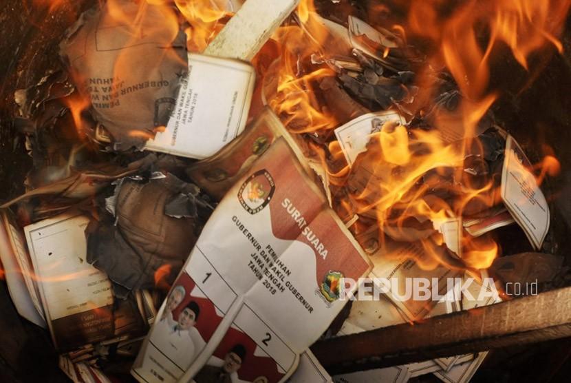 Pembakaran surat suara pilkada yang rusak (Ilustrasi).