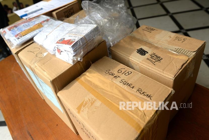 Surat suara rusak dan tidak terpakai sebelum dimusnahkan di KPUD DKI Jakarta, Selasa (18/4).
