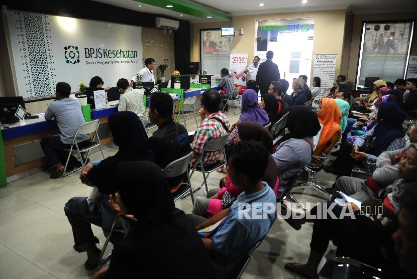 Susanana antrian pada pelayanan BPJS Kesehatan di Jakarta, Senin (14/3).