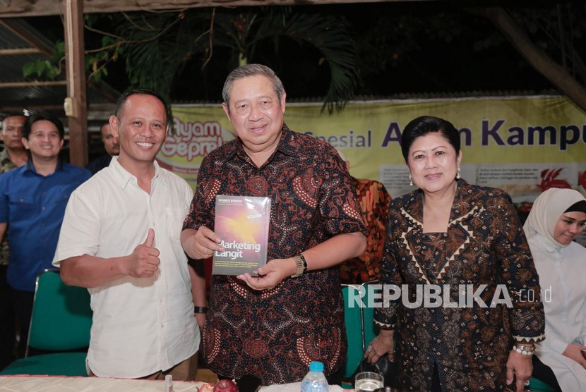 Susilo Bambang Yudhoyono (SBY) dalam Tour de Jatim Partai Demokrat, di Sragen, Jawa Tengah, Kamis (5/4).