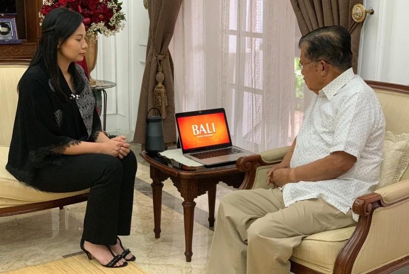 Livi Zheng berbincang dengan Wakil Presiden Jusuf Kalla.
