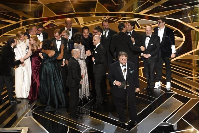 Sutradara Guillermo del Toro mewakili kru dan pemeran The Shape of Water menerima penghargaan Oscar untuk film terbaik, Senin (5/3).