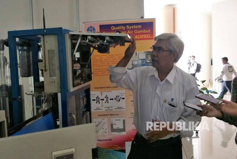 Peneliti LIPI Sutrisno Salomo Hutagalung menjelaskan mesin pemurnian air dengan metode AOPRO.