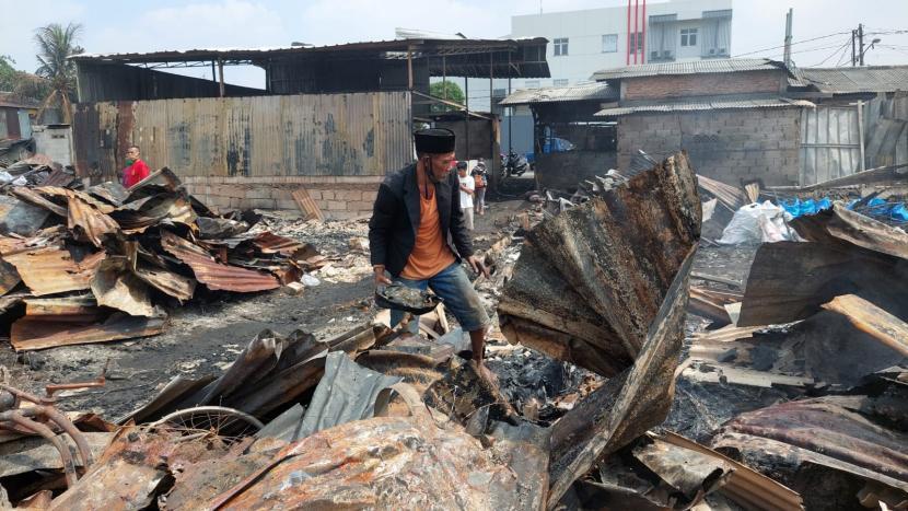 Suwarno (60) nampak berduka lantaran rumahnya dilalap api pada Sabtu malam (1/8). Api diduga berasal dari bakaran sampah di area belakang rumah bedeng Kelurahan Duren Jaya, Kecamatan Bekasi Timur, Kota Bekasi.