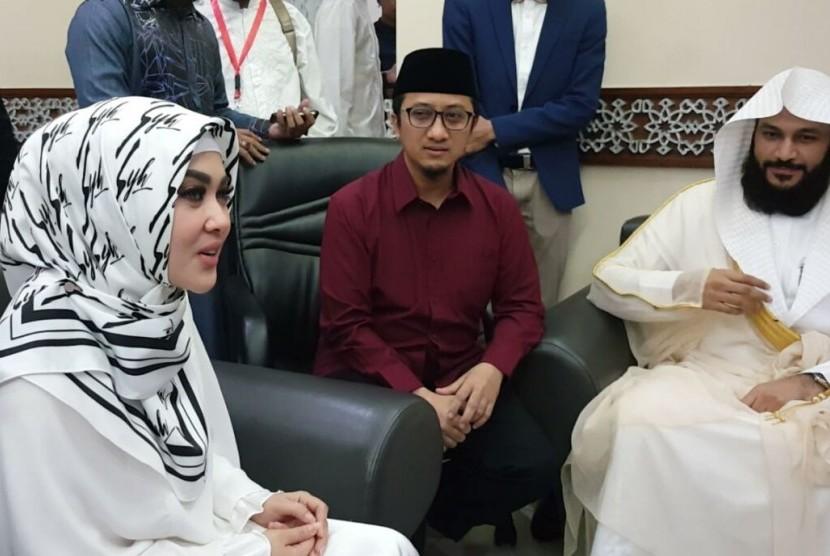 Syahrini hadir di acara Wisuda Akbar 8 yang diadakan oleh PPPA Daarul Qur'an di Masjid Istiqlal Jakarta, Ahad (22/10).