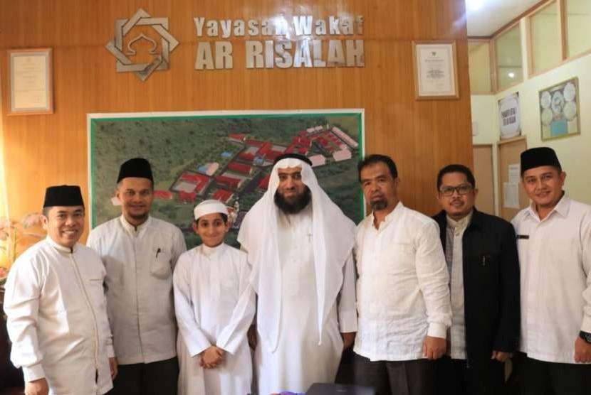 Syaikh Dr Habib Namlayti dari Badan Wakaf Sunniyah Bahrain (keempat dari kanan) di kantor Yayasan  Ar Risalah, Padang, Kamis (20/9).