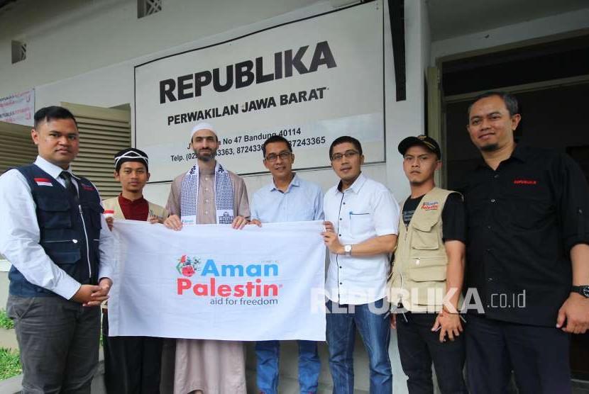 Syekh Diaa M D Al-Juneidi asal Palestina bersama tim Aman Palestin berkunjung ke Republika Jawa Barat, Jalan Mangga, Kota Bandung, Rabu (8/8).