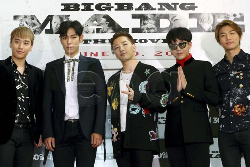 T.O.P (kedua dari kiri) bersama empat personel BIGBANG: Seungri (kiri), Taeyang (tengah), G-Dragon (kedua dari kanan), dan Daesung (kanan).
