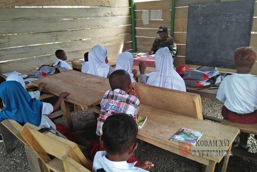 Tak ada guru dan minim prasarana, Babinsa mengajar puluhan anak putus sekolah di daerah terpencil.