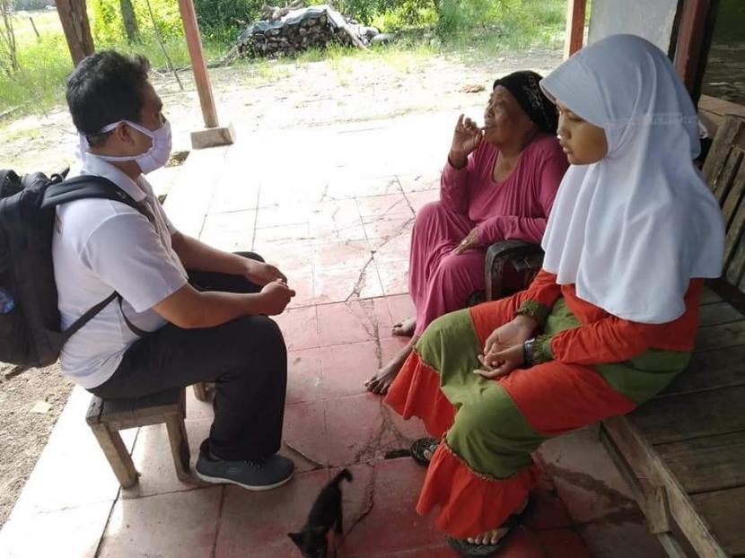 Tak punya handphone untuk kegiatan pembelajaran jarak jauh (PJJ), siswi SMP Negeri 1 Gabuswetan, Kabupaten indramayu ini dipinjami handphone oleh gurunya.