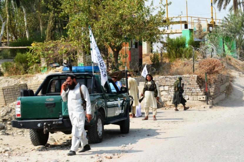 Taliban mengecek lokali ledakan di Jalalabad.