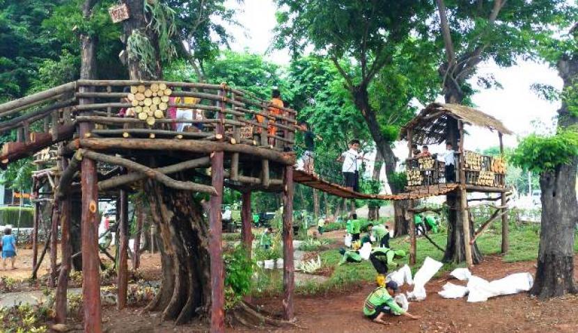 Taman di  Jalan Tomang Raya, Kelurahan Tomang, Kecamatan Grogol Petamburan, Jakarta Barat.