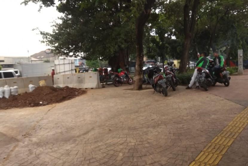 Taman di sepanjang Jalan Daan Mogot Kalideres, Jakarta Barat, dijadikan parkir liar ojek pangkalan dan ojol, Jumat (10/5).
