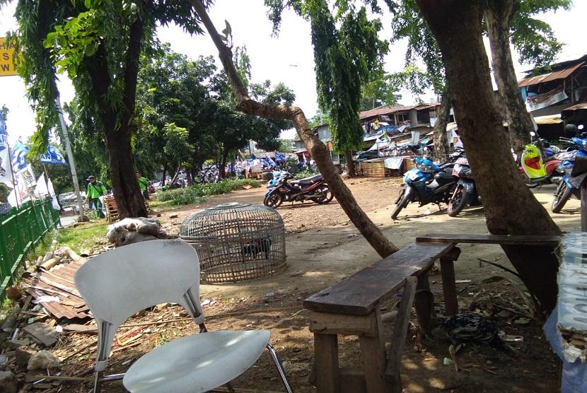 Taman Kota di depan Stasiun Manggarai digunakan sebagai tempat menaruh kandang ayam dan parkir motor