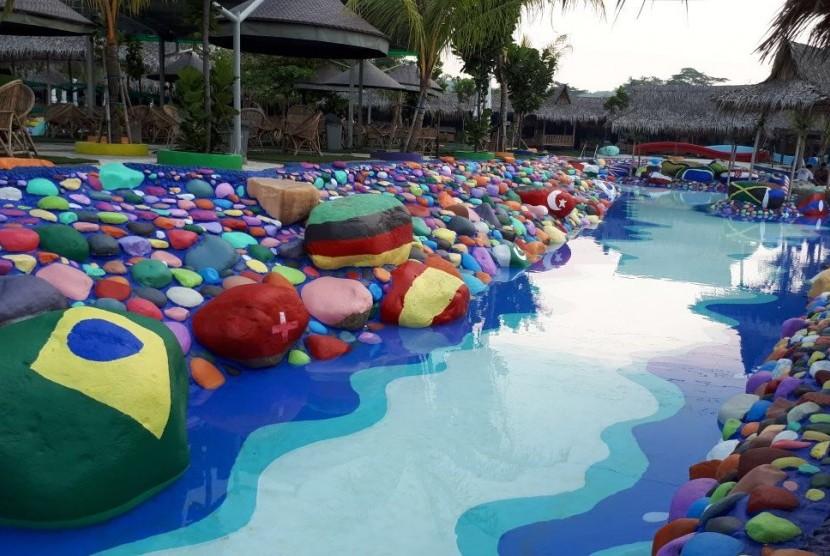 Taman Wisata Cikao Park Jatiluhur, Purwakarta, suguhkan nuansa piala dunia di salah satu wahana air yang ada di area wisata tersebut.