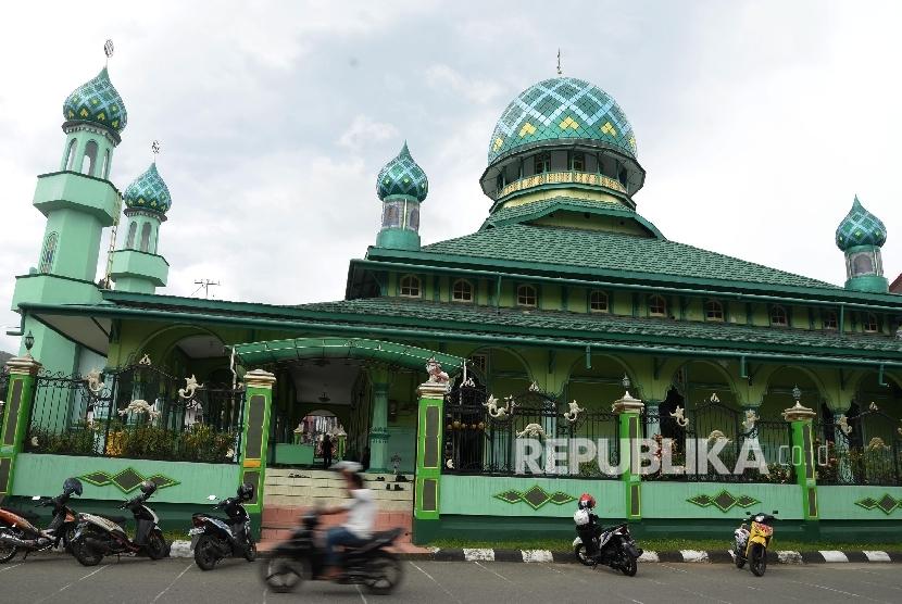 Tampak depan Masjid Jami di Kota Ambon, Maluku, Selasa (7/2).