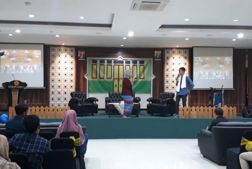 Tampak dua pemandu acara pada kegiatan radio week 2019 yg diselenggarakan di Fisip Universitas  Muhammadiyah Jakarta.