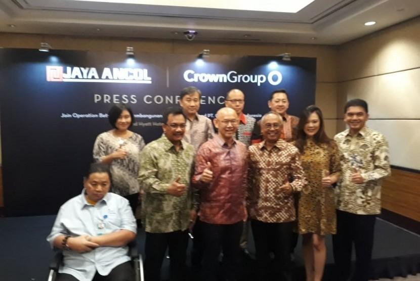 Tampak jajaran pimpinan PT Pembangunan Jaya Ancol dan Crown Group berpose bersama.