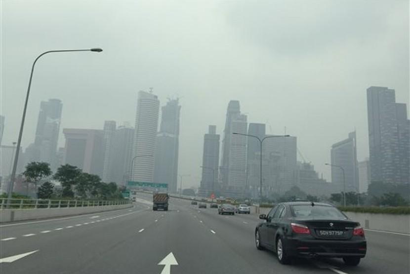 Tampak kabut asap menyelimuti gedung-gedung perkantoran di Singapura.