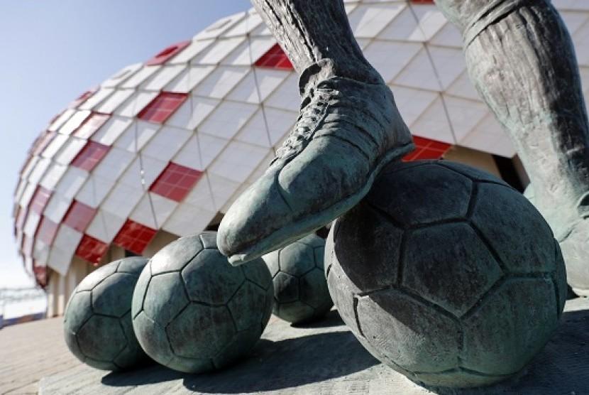 Tampak kaki patung Fyodor Cherenkov, mantan pemain sepak bola Uni Soviet dan Spartak Moskow di depan Stadion Spartak. (ilustrasi)