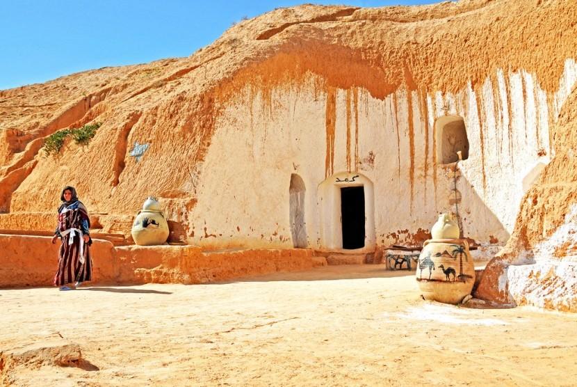Tampak luar bangunan pemukiman bawah tanah Matmata, Tunisia.