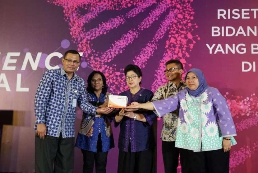Tampak Menkes Prof. Nina Moeloek (tengah) bersama Direktur Utama PT Bio Farma, Rahman Roestan (Kiri baju biru) ketika meluncurkan prototipe Kit HBsAg dan kit anti HBsAg, Kamis (13/9)