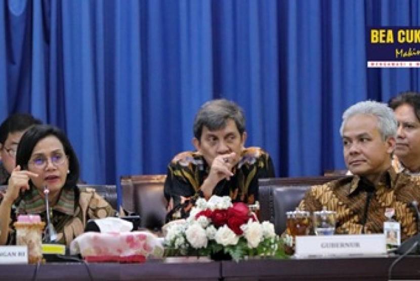 Tampak Menteri Keuangan, Sri Mulyani berkoordinasi dengan Pemerintah Provinsi Jawa Tengah untuk memperkuat sinergi dalam rapat bersama yang membahas strategi mendorong perekonomian Jawa Tengah di Kantor Gubernur, pada Jumat (14/2).