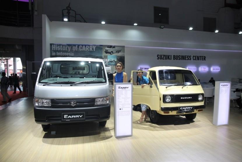 tampak new suzuki carry pick up (kiri) dan suzuki carry pick up st 20 buatan tahun 1976 (kanan) pada ajang Telkomsel Indonesia International Motor Show di JIexpo Kemayoran. Jakarta