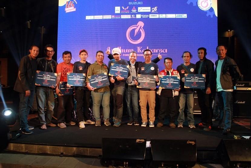 Tampak  para anggota Forwot penerima bantuan pendidikan Andhum Kaharsa yang diberikan saat perayaan HUT Forum Wartawan Otomotif Indonesia (Forwot).