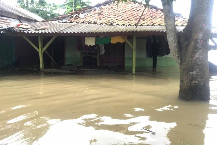 tampak salah satu rumah warga  yang masih terendam banjir Rabu (26/2)