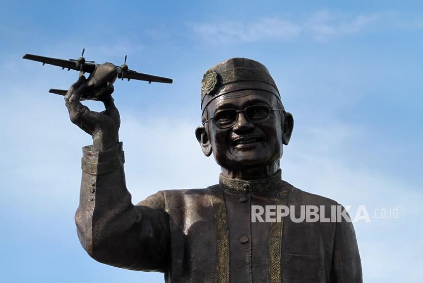 Tampilan patung Presiden Indonesia ketiga Bacharuddin Jusuf Habibie memegang pesawat yang masih dalam tahap pembangunan di Isimu, Kabupaten Gorontalo, Gorontalo, Kamis (3/1/2019).