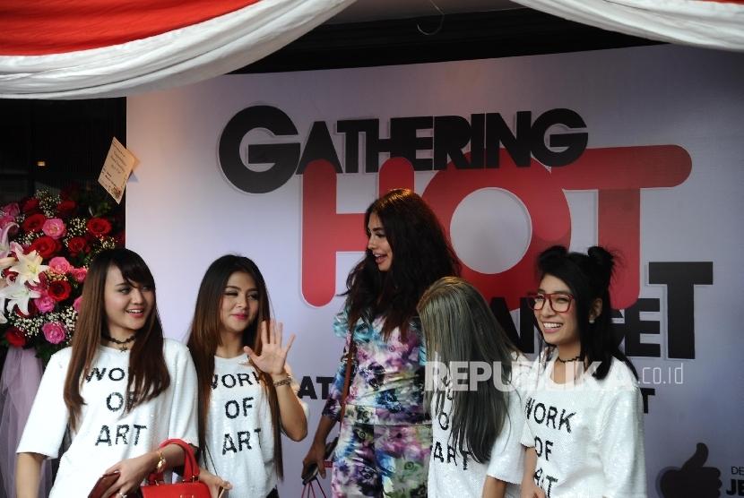 Tamu undangan menghadiri Gathering dan peluncuran stasiun radio di Jakarta, Jumat (16/12).